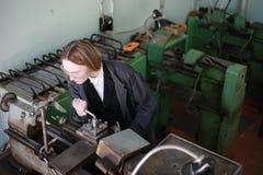 Ingenieur der jungen Frau, der an der Werkzeugmaschine arbeitet stockbilder