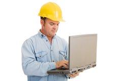 Ingenieur, der Laptop verwendet Stockbild