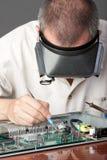 Ingenieur, der Leiterplatte repariert Stockbilder