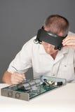 Ingenieur, der Leiterplatte repariert Lizenzfreie Stockfotografie