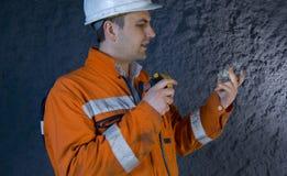 Ingenieur, der Mineral prüft stockfotografie