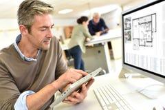Ingenieur, der mit Tablette und Computer arbeitet stockbilder