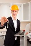 Ingenieur, der Wohnungsschlüssel zeigt Lizenzfreie Stockbilder