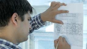 Ingenieur die aan blauwdruk in een modern bureau werken stock video