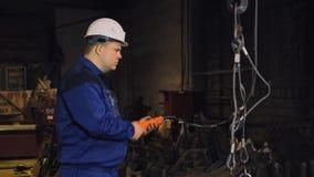 Ingenieur die aan een kraanfabriek werken stock footage