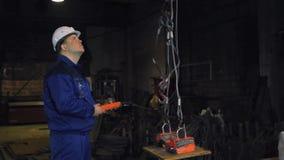 Ingenieur die aan een kraanfabriek werken stock videobeelden