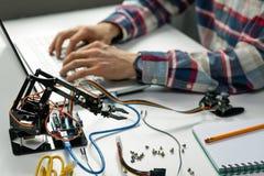 Ingenieur die aan het project van de roboticaautomatisering werken royalty-vrije stock afbeelding