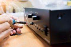 Ingenieur die audiokabel, Reparatie en aanpassing van het materiaal solderen, exemplaarruimte royalty-vrije stock foto
