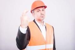 Ingenieur die bouwvakker dragen die vingers gekruist gebaar maken Royalty-vrije Stock Afbeeldingen