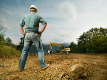 Ingenieur die bouwvooruitgang evalueren stock foto's