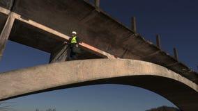 Ingenieur die de brug en het lopen controleren stock video