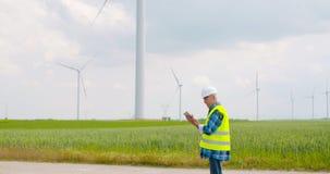Ingenieur die digitale tablet gebruiken wanneer het doen van de inspectie van de windturbine stock video