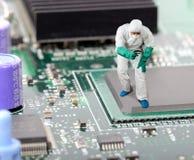IT ingenieur die een probleem diagnostiseren Stock Foto's
