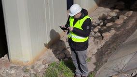 Ingenieur die en lijstpc controleren met behulp van dichtbij brugbouw stock footage
