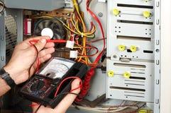 Ingenieur die gemeten elektro doet Stock Fotografie
