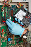 Ingenieur die gemeten elektro doet Stock Foto's