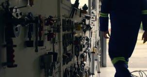 Ingenieur die het blind van hangaar 4k sluiten stock videobeelden