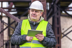 Ingenieur die informatie in tabletpc zoeken Stock Foto's