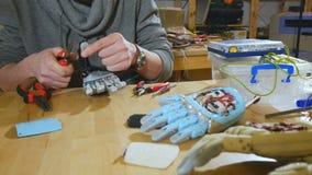 Ingenieur die innovatief cybernetisch bionisch wapen assembleren Hi-tech innovatieve prosthetics stock video