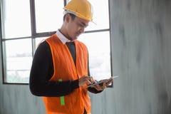 Ingenieur die inspectie op projectinstallatie doen stock foto's