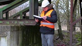 Ingenieur die met documentatie grondgebied controleren stock video
