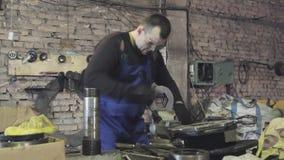 Ingenieur die met een dossier aan een werkbank werken stock footage