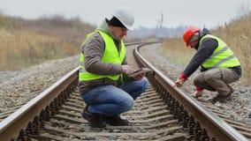 Ingenieur die met tabletpc aan de spoorweg werken stock footage