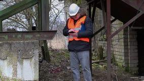 Ingenieur die met tabletpc grondgebied controleren stock videobeelden