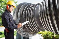 Ingenieur die nota's voor de turbine van de onderhoudsstoom van krachtcentrale nemen Royalty-vrije Stock Fotografie