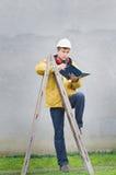Ingenieur die op ladder wordt geleund Royalty-vrije Stock Afbeelding