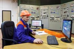 Ingenieur die parametrs op monitor letten op Royalty-vrije Stock Afbeelding