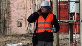 Ingenieur die powerline controleren stock footage