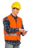Ingenieur die slimme telefoon met behulp van. Stock Fotografie