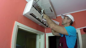 Ingenieur-Doing Air Conditioner-Wartung stock footage