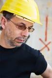 Ingenieur in einem gelben harten Hut lizenzfreies stockbild
