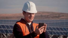 Ingenieur in einer orange Weste, die versucht, mit Arbeitskräften in Verbindung zu treten, um über Mängel in der Operation von So stock video