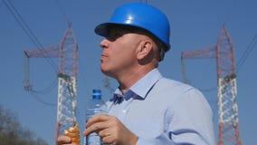 Ingenieur-Elektriker Work Eat ein Sandwich und ein Getränk-Wasser stockbild
