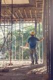 Ingenieur en Architect die bij Bouwwerf met blauwdruk werken, Stock Fotografie