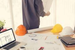Ingenieur en Architectenbureau die met blauwdrukken werken Royalty-vrije Stock Afbeelding