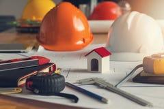 Ingenieur en Architectenconcept, Huismodel en blauwdruk op bureau Stock Afbeeldingen