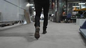 Ingenieur en de Architect die bij Bouw die aan fabriek de werken, volgen benenmening lopen stock videobeelden