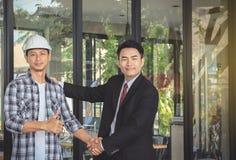 Ingenieur en zakenmanhanddrukovereenkomst in onderhandelingen binnen royalty-vrije stock foto