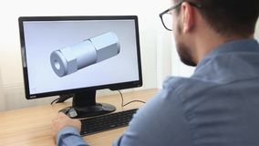 Ingenieur, Erbauer, Designer in der Glasfunktion auf einem Personal-Computer Er ist die Schaffung und entwirft ein neues 3 d-Mode stock video