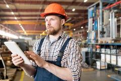 Ingenieur in fabriek stock afbeeldingen