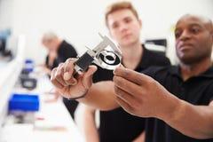 Ingenieur-In Factory With-Lehrling überprüft Teilqualität Lizenzfreies Stockbild