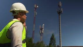 Ingenieur In Helmet Talking op Telefoon met Directeur stock videobeelden