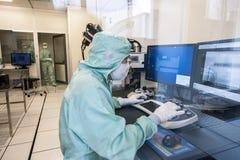 Ingenieur im Mikroelektronikreinraum Stockbilder