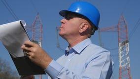 Ingenieur-Image Work Examine-Energieinfrastruktur mit Klemmbrett in der Hand stockfotos