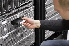 IT Ingenieur Inserts Backup Tape Royalty-vrije Stock Afbeeldingen