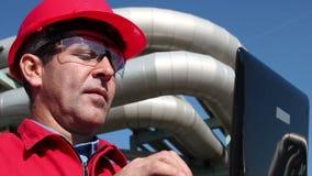 Ingenieur Inside Oil und Gas-Raffinerie unter Verwendung des Laptops stock footage